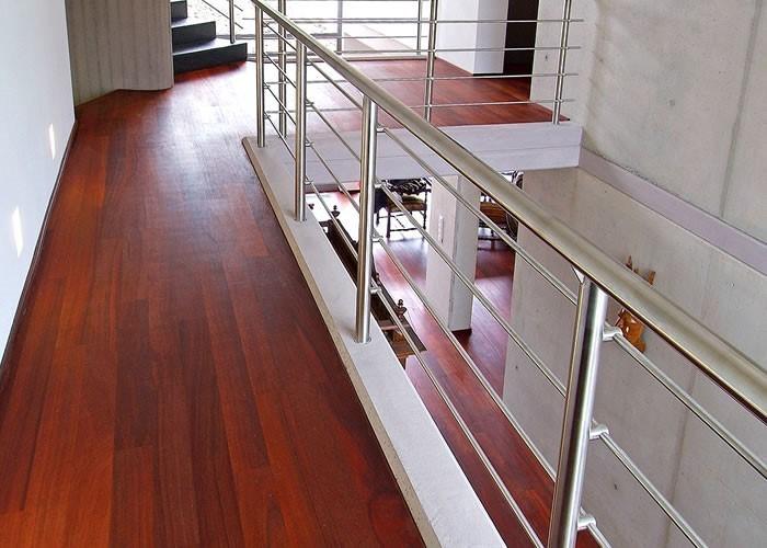 красный пол в интерьере квартиры и дома