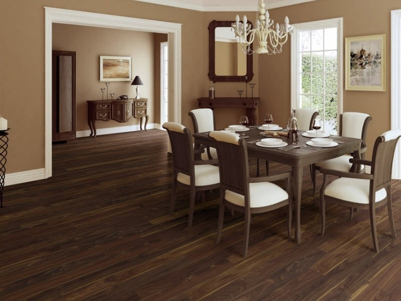 кухня-гостиная с коричневым полом